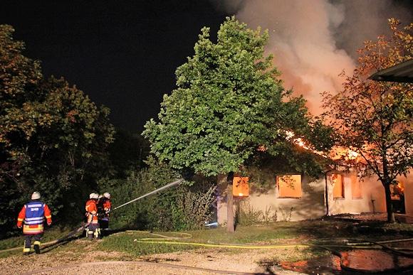 Das DRK-Heim in Frickenhausen-Linsenhofen brennt nach Brandstiftung in voller Ausdehnung. Foto:  7aktuell.de
