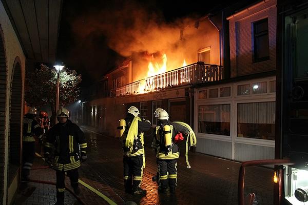Ein Angriffstrupp macht sich bei einem Gebäudebrand auf der Nordseeinsel Norderney fertig zur Brandbekämpfung. Die Feuerwehr brachte insgesamt elf Bewohner in Sicherheit. Foto: Feuerwehr Norderney