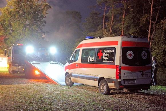 Fahrzeugsicherstellung: Das Einsatzfahrzeug der DRK-Bereitschaft wird abgeschleppt. Der oder die Täter hatten es vor der Feuerlegung ins Freie gefahren. Foto: 7aktuell.de
