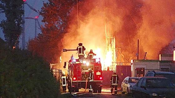 Nach einer Gasexplosion steht ein Bohrloch bei Geeste in Brand. Foto: Lindwehr