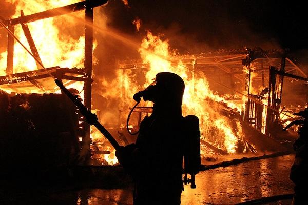 Brand in Sahms: Ein landwirtschaftliches Anwesen wird Opfer der Flammen. Foto: Timo Jann