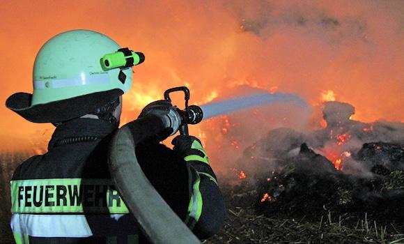 Die letzte Tat der beiden Brandstifter: Die Reihe von Strohballen-Bränden in der Nacht zum Montag in Grünhof. Foto: Timo Jann