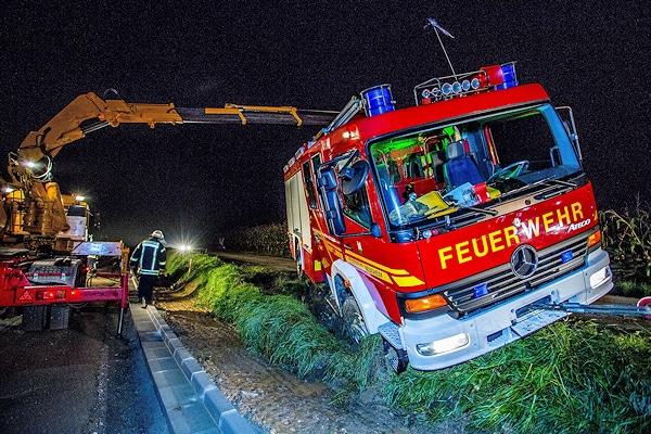 Unfall mit Feuerwehrfahrzeug: Dieses LF 16/12 rutschte eine Böschung hinab, nachdem ein Pkw das Feuerwehrfahrzeug zum Ausweichen gezwungen hatte. Foto:  7aktuell.de/Karsten Schmalz