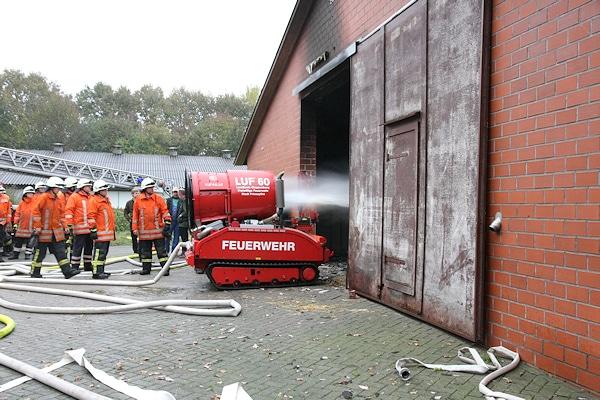 Unter anderem mit einem Löschunterstützungfahrzeug (LUF) wird ein brennender Stall bei Friesoythe gelöscht. Foto:  Andreas Niemann