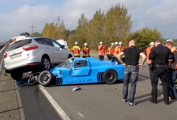 Ein straßenzugelassener Rennwagen vom Typ Fahlke Larea GT 1 ist bei einem Unfall auf der A1 bei Dibbersen schwer beschädigt worden. Foto: Feuerwehr Seevetal