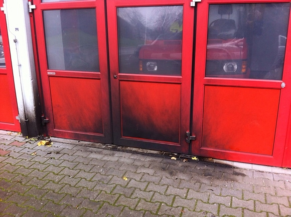 Brand in Ulrichstein: Unbekannte waren zwei Molotowcocktails, einer ging vor einem Tor der freiwilligen Feuerwehr in Flammen auf. Foto: Weitzel