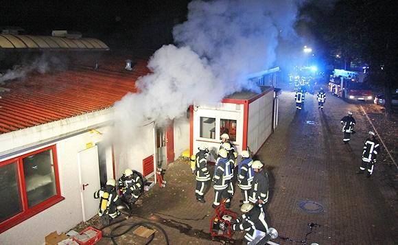 Brand unter Kontrolle: heller Wasserdampf steigt auf. Foto: Timo Jann