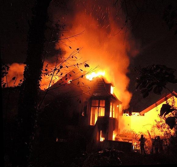 Großbrand in Bonn: ein leerstehendes Einfamilienhaus steht in Vollbrand. Foto: Feuerwehr