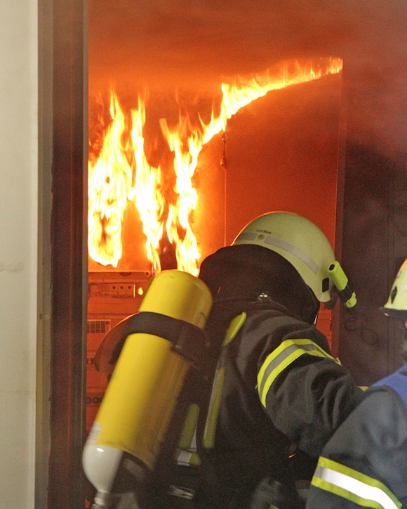 Feuer in einer Bäckerei in Geesthacht: Atemschutztrupps gehen gerade in das Gebäude vor. Foto: Timo Jann