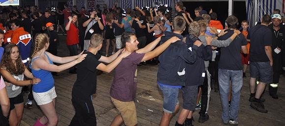 """Fester Bestandteil jedes Feuerwehrfestes oder jedes Zeltlagers sind Musikveranstaltungen oder Disco-Abende. Dafür wünschen sich sehr viele Aktive eine allgemein anerkannte """"Offizielle Feuerwehrhymne"""". Foto: DJF"""