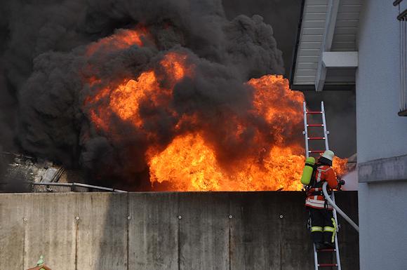 Großbrand bei Welzheim: Kunststoff gibt dem Feuer immer neue Nahrung. Foto: Andreas Rosar