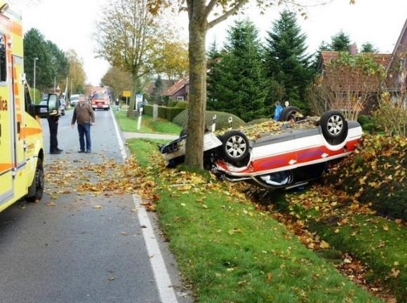 Ein Notarzteinsatzfahrzeug liegt in Großheide nach einem Unfall kopfüber über einem Graben. Foto: Feuerwehr Großheide
