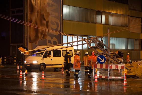 Auch in Nürnberg sorgt der Sturm für  Schäden. Hier sichert die Feuerwehr eine umgestürzte  Ampelanlage. Foto: News5