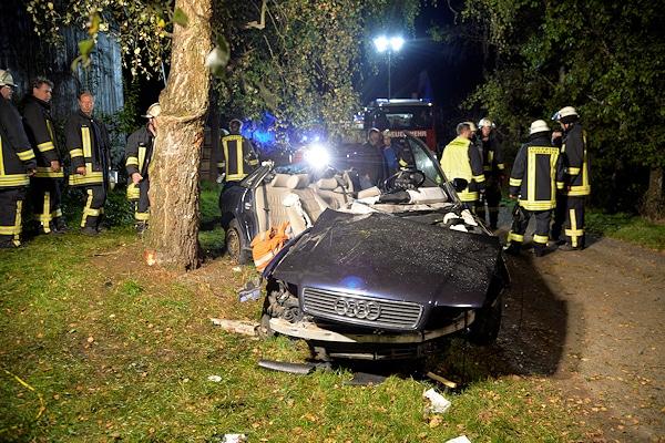 Unfall in Leidringen: Die Feuerwehr hat zwei Kameraden aus diesem verunglückten Pkw befreit. Foto: Friebe PR