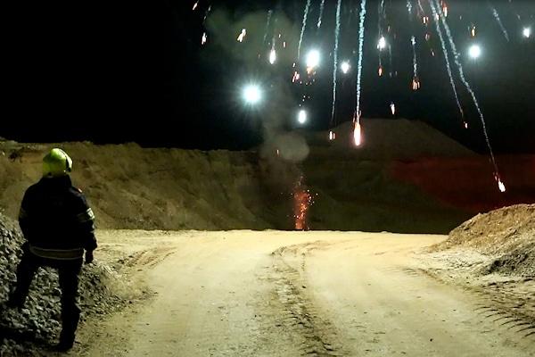 Effektvoller Feuerwehrdienst. Die Feuerwehr Alkoven in Österreich ließ sich von einem Fachmann gefährliches Feuerwerk vorführen. Foto: Hermann Kollinger
