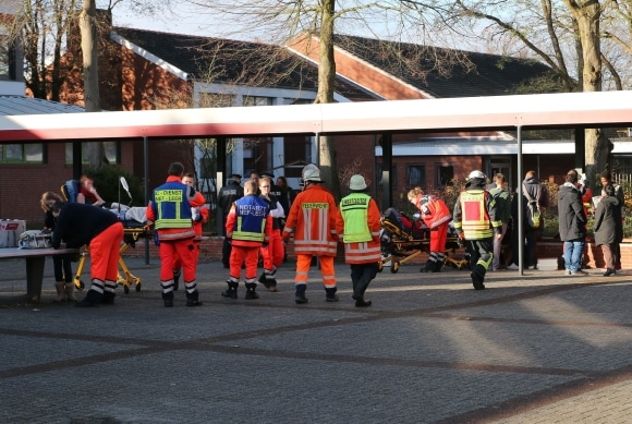Einsatzkräfte von Feuerwehr und Rettungsdienst vor der betroffenen Schule. Foto: Frank Loger