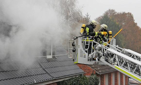 Atemschutz-Notfall: Ein Feuerwehrmann hatte bei diesem Einsatz ein Problem mit der Luftzufuhr. Foto: Jann