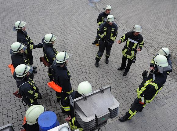 Egal ob Berufsfeuerwehr oder freiwillige Feuerwehr: diese Formation kennt jedes Feuerwehrmitglied mindestens vom Beginn seiner Karriere: Antreten hinterm Fahrzeug. Foto: Scheer