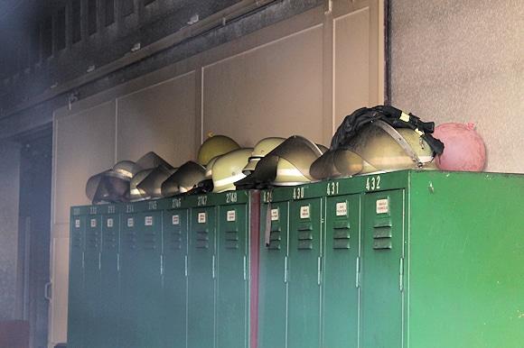 Nach dem Brand im Feuerwehrhaus hat sich Ruß auf den Helmen abgesetzt. Foto: Führer/Feuerwehr