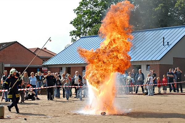 Symbolfoto: Auch das ist Öffentlichkeitsarbeit - hier nicht organisiert vom Landesfeuerwehrverband, sondern von der Freiwilligen Feuerwehr Krummesse, die eine Fettexplosion demonstriert. Foto: Christian Nimtz
