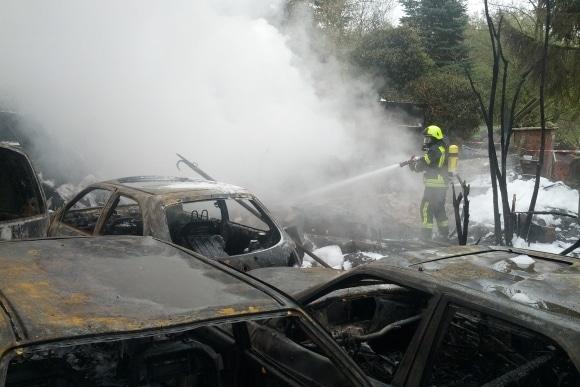 Mehrere Fahrzeuge und ein großer Schuppen sind bei einem Großbrand in Seth zerstört worden. Foto: KFV Segeberg