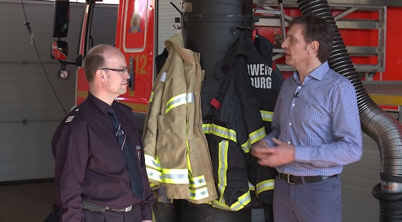 Dirk Stephan von der W. L. Gore & Associates GmbH spricht mit Michael Kawall von der Feuerwehr Hamburg.