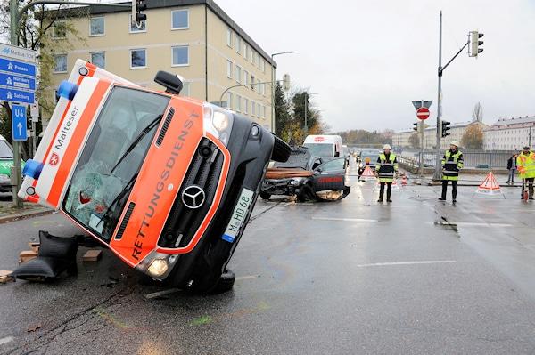Rettungswagen-Unfall in München: die Feuerwehr richtet einen verunglückten RTW wieder auf. Foto: Feuerwehr München