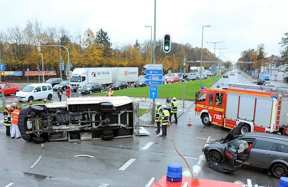 Nach dem RTW-Unfall kam es im Kreuzungsbereich zu Behinderungen. Foto: Feuerwehr München
