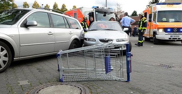 Missglückter Ausparkversuch: Schwerer Unfall auf Supermarktparkplatz in Dorsten. Foto: Bludau