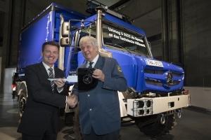 Die Daimler AG übergab eine Spende von drei hochgeländegängigen  Unimog U 5023 an das Technische Hilfswerk für die Hochwasserbekämp- fung. Dr. Wolfgang Bernhard (links), Vorstand für das weltweite Truck- und  Busgeschäft, überreichte die Zündschlüssel an den Präsidenten des  Technischen Hilfswerks, Albrecht Broemme (rechts).
