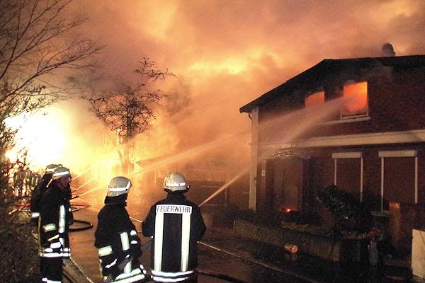 Brand in Todenbüttel: ein Wohnhaus brennt völlig aus. Foto: Holger Bauer