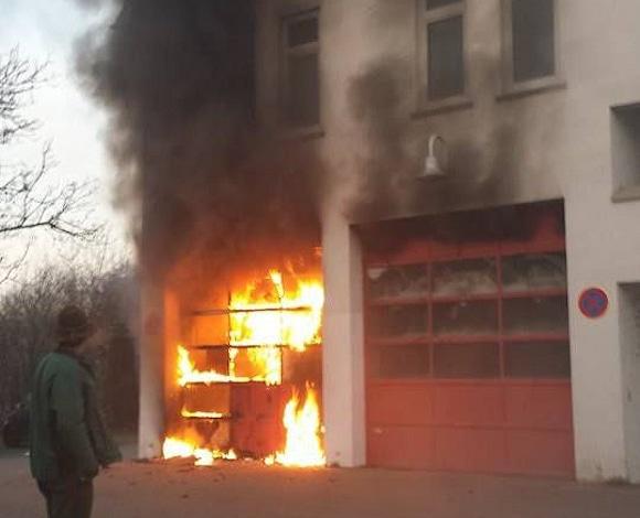 Feuer bei der Feuerwehr: Aufnahme während der akuten Brandphase. Foto: 7aktuell.de