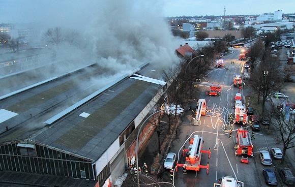 Brand in Hamburg: in einer Lagerhalle brennt Schrott. Foto: Timo Jann