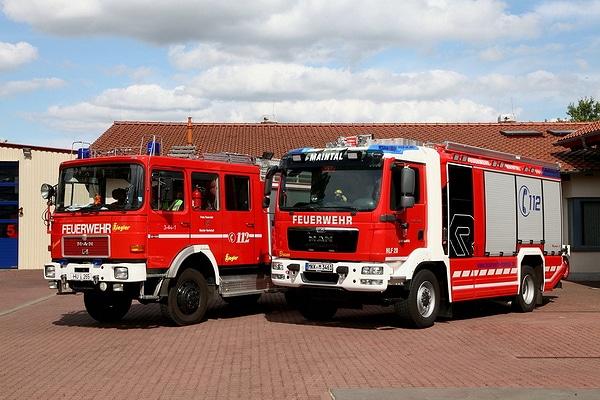 Neben seinem Vorgänger, einem LF 16 aus dem Jahr 1985, steht das neue HLF 20 der FF Maintal. Rosenbauer fertigte es auf einem MAN TGM 13.290. Foto: Feuerwehr