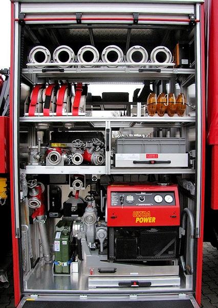 Auf der Fahrerseite ist in einem festen Gerätekoffer eine PFPN 10-1500 eingeschoben. Sie dient der Wasserentnahme oder als Verstärkerpumpe in der Förderleitung. Foto: BBK