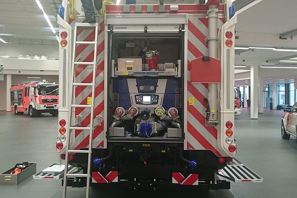 Neues LF 20 der Feuerwehr Dassow: Die Warnbeklebung am Heck wird zum Problem. Foto: Feuerwehr