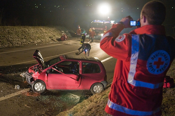 Symbolfoto: Ein Foto im Einsatz ist schnell gemacht - und auch im Rahmen der Öffentlichkeitsarbeit schnell veröffentlicht. Im Landkreis Rotenburg setzt die Feuerwehr auf eine selbst auferlegte Sperrfrist. Foto: 7aktuell.de/Eyb