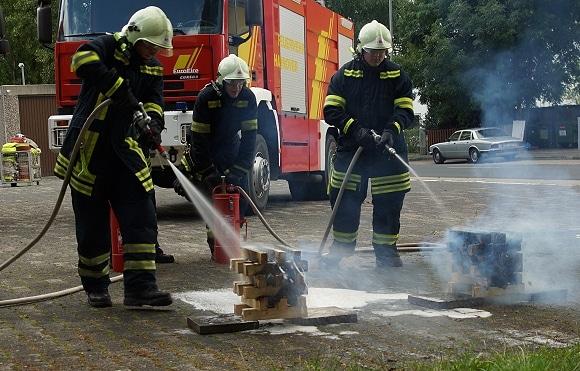 """Symbolfoto: Praxisübung zum Vergleich Netzmittel und Wasser als Löschmittel (Szene aus Feuerwehr-Magazin-DVD """"Brandbekämpfung mit Schaum""""). Foto: Hegemann"""