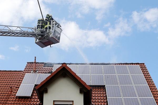 """Symbolfoto: Brandbekämpfung an einem Gebäude mit einer Photovoltaikanlage. Die """"PV-Anlagen"""" werden eines der Themen im neuen Feuerwehr-Magazin-Sonderheft sein. Foto: Ralf Hettler"""