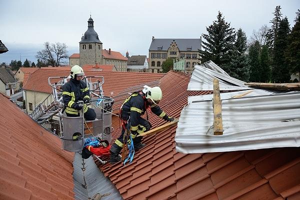 Sturmschaden in Quedlinburg-Gernrode: ein Stück eines Blechdaches liegt auf einem Dachstuhl. Foto: Holger Mücke