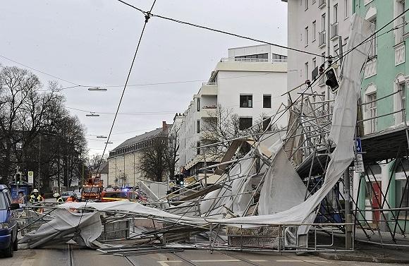 Bei Sturm umgestürztes Baugerüst in München. Foto: Feuerwehr München