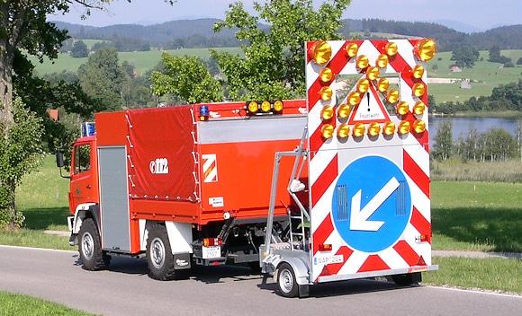 Symbolfoto: Feuerwehrfahrzeug mit Verkehrssicherungsanhänger (VSA). Foto: Hegemann