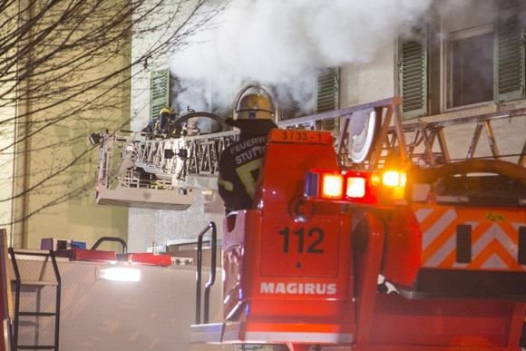 Brand in Bad Cannstatt: mit der Drehleiter wird von außen gelöscht. Foto: 7aktuell/Herlinger