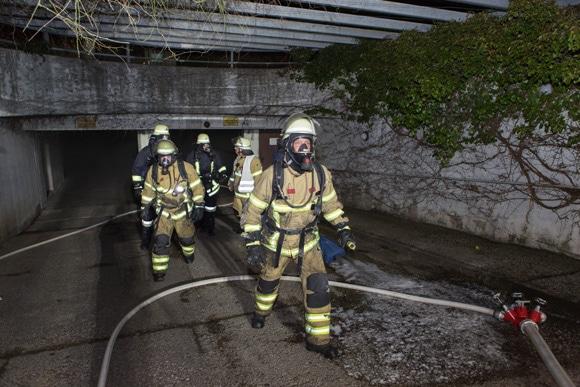 Brand gelöscht: Atemschutzgeräteträger verlassen die Tiefgarage in Fürth. Foto: News5/Weier