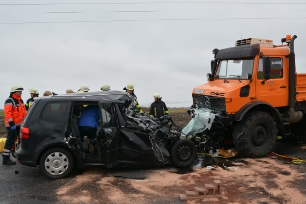 Die vordere Hälfte des VW Tourans steckte unter dem Unimog fest. Die Einsatzkräfte haben den Unimog zur Befreiung der eingeklemmten Fahrerin angehoben und den Wagen mit einer Seilwinde hervorgezogen. Foto: Thomas Weege