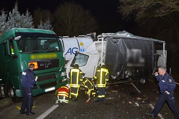 Unfall in Dorsten: ein Lkw ist ungebremst gegen einen Gefahrgut-Lkw geprallt. Foto: Bludau