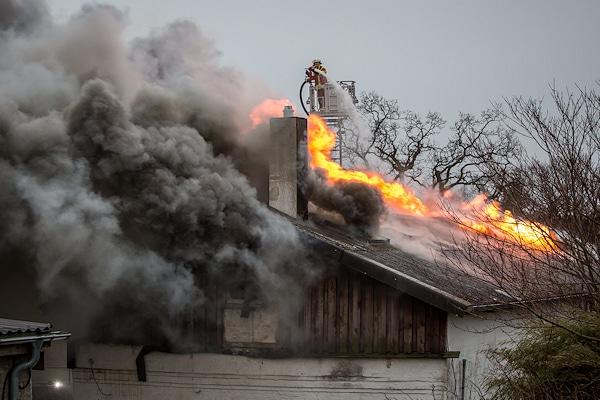 Brand in Süderschmedeby: Auch über eine Drehleiter wird gelöscht. Foto: Iwersen/Nordpresse