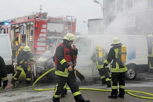 Brand in Wassenberg: ein brennender Lieferwagen war plötzlich losgerollt und hatte eine Schlauchhaspel gegen ein weiteres Fahrzeug geschoben. Foto: Heldens