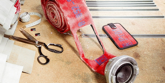 Feuerwear Handytasche Mitch: aus echtem Feuerwehrschlauch hergestellt. Foto: Feuerwear