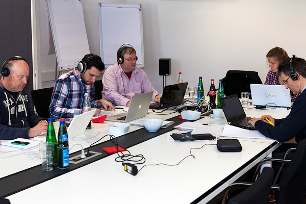Musikhören ohne Ende: Die Jury beim Anhören und Bewerten der eingereichten Titel in Köln. Foto: Musik Media Verlag